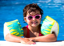 水池的小女孩 库存图片