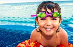 池的微笑的愉快的女孩 免版税库存图片
