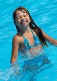 池的愉快的女孩 免版税库存照片