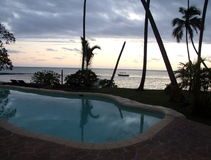 从水池的浪漫海滩视图 免版税库存图片