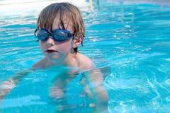池的男孩 免版税库存照片