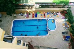 水池的看法从最后地板的高度的在Kleopatra海滩旅馆阿拉尼亚,土耳其里 图库摄影