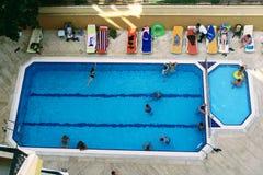 水池的看法从最后地板的高度的在Kleopatra海滩旅馆阿拉尼亚,土耳其里 库存图片