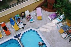 水池的看法从最后地板的高度的在Kleopatra海滩旅馆阿拉尼亚,土耳其里 免版税库存照片