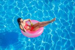 水池的美丽的女孩在可膨胀lifebuoy 免版税图库摄影