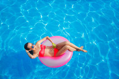 水池的美丽的女孩在可膨胀lifebuoy 免版税库存照片