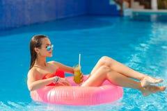 水池的美丽的女孩在可膨胀lifebuoy 免版税库存图片