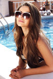 水池的美丽的女孩 免版税库存图片
