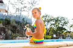 水池的逗人喜爱的女孩 图库摄影