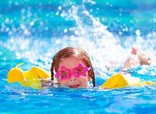 水池的逗人喜爱的阿拉伯女孩 库存图片