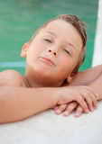 水池的滑稽的白肤金发的男孩 库存图片