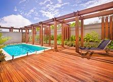 水池美丽的景色在房子里在一个晴天 免版税库存图片