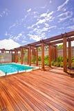 水池美丽的景色在房子里在与木fl的一个晴天 库存照片