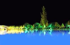 水池视图在晚上 免版税图库摄影