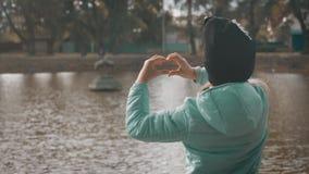 池边的小女孩 秋季公园里的美女 股票录像