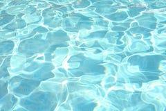 池闪耀的游泳水 库存照片