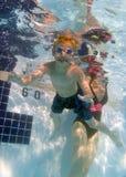 池水下场面的swimmig 免版税图库摄影