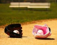 水池 在手套的球在绿草 女性对男性 免版税库存照片