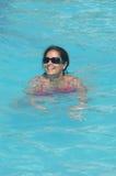 池ralaxing的游泳 免版税库存图片