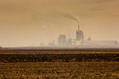 污染大气以烟和烟雾的肥料磨房 图库摄影