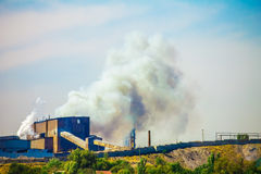 污染与烟的工厂大气,全球性变暖 免版税库存照片