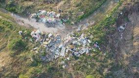 污染周围的自然的一个偶尔的垃圾堆的鸟瞰图 股票录像