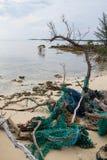 污染和垃圾在一个俏丽的海滩 免版税库存图片