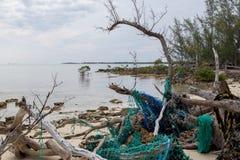 污染和垃圾在一个俏丽的海滩 免版税库存照片