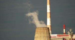 污染概念 从一个大工业烟囱或蒸汽释放的烟 化工污秽 影视素材