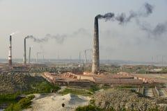 污染空气砖工厂在达卡,孟加拉国用管道输送 图库摄影