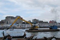 污染 Buriganga河和小船的看法 库存照片
