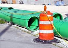 污水管道和护拦 免版税库存照片