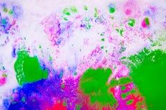 污点桃红色、绿色和蓝色抽象背景在白皮书的 免版税库存图片