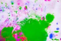 污点桃红色、绿色和蓝色抽象背景在白皮书的 图库摄影