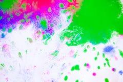 污点桃红色、绿色和蓝色抽象背景在白皮书的 免版税库存照片