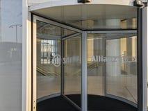 污迹玻璃窗和入口到安联塔里 Il Dritto,平直一个 米兰,意大利 库存照片