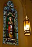 污迹玻璃窗和灯 库存图片