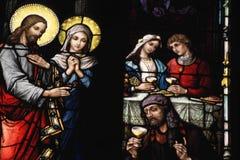 污迹玻璃窗在中世纪教会里 库存图片