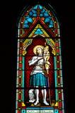 污迹玻璃窗在教会里。 免版税图库摄影