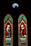 污迹玻璃窗在教会里。 库存图片
