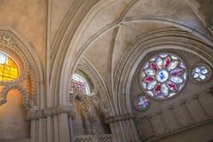 污迹玻璃窗细节在大教堂内部的 库存照片