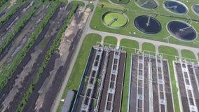 污水处理场 看下来在澄清的坦克和绿草上的静态空中照片 股票录像