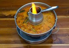 汤姆在热的罐,在木头的泰国食物喜爱的海鲜汤 库存照片