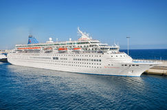 汤姆生雄伟乘客游轮在2015年11月9日的兰萨罗特岛港口 库存图片