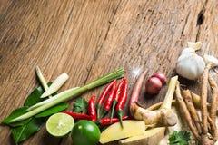 汤姆辣汤传统泰国食物烹调草本成份在木背景的 免版税库存图片