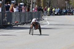 汤姆戴维斯在与0:58的时期的手周期竞选中获胜:4月36日17日2017年在波士顿马拉松[公开种族] 免版税图库摄影