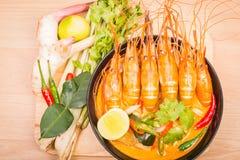 汤姆Goong,在黑杯的泰国热的辣汤虾 库存图片