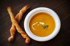 汤用提取乳脂的红萝卜、土豆和麝香草与芝麻面包棒 库存图片