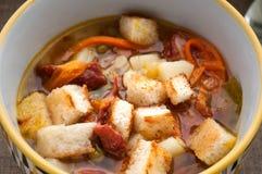 汤用油煎方型小面包片,豌豆、红萝卜和蕃茄关闭  库存照片