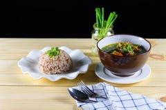汤用牛肉,菜,作为基本和煮沸的米的骨头汤 图库摄影